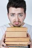 böcker som rymmer mannen ung Arkivbild