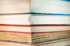 Böcker som staplas på tabellen royaltyfria bilder