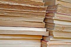 böcker stänger gammala staplar två arkivfoton