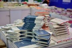 Böckerna är på försäljning på en rabatt Royaltyfria Bilder