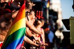Böga ocha lesbiska kvinnan går i den glade Pride Parade Arkivfoton