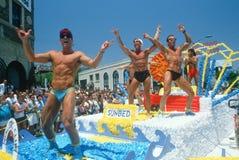 Bögar på en float i bög och lesbisk kvinnastolthet ståtar arkivfoton