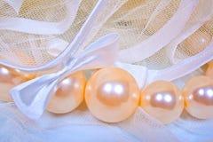 Bögen auf einem Schleier und großen Perlen Lizenzfreies Stockbild