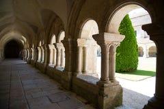 Bögen in der Außenhalle Abbaye de Fontenay, Burgunder, Frankreich Stockbilder
