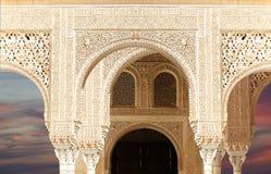 Bögen in der islamischen (maurischen) Art in Alhambra, Granada, Spanien Stockbild
