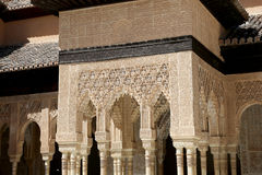 Bögen in der islamischen (maurischen) Art in Alhambra, Granada, Spanien Lizenzfreie Stockbilder