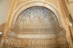 Bögen in der islamischen (maurischen) Art in Alhambra, Granada, Spanien Lizenzfreies Stockfoto