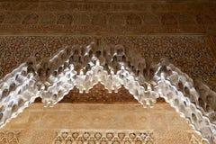 Bögen in der islamischen (maurischen) Art in Alhambra, Granada, Spanien Lizenzfreies Stockbild