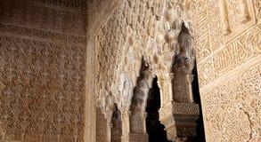 Bögen in der islamischen (maurischen) Art in Alhambra, Granada, Spanien Stockfoto