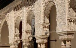 Bögen in der islamischen (maurischen) Art in Alhambra, Granada, Spanien Stockfotos
