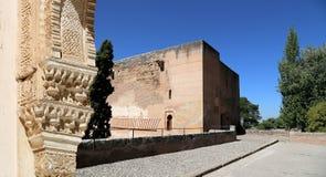 Bögen in der islamischen (maurischen) Art und in Alhambra, Granada, Spanien Stockbilder