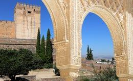 Bögen in der islamischen (maurischen) Art und in Alhambra, Granada, Spanien Stockbild