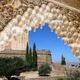 Bögen in der islamischen (maurischen) Art und in Alhambra, Granada, Spanien Lizenzfreie Stockbilder