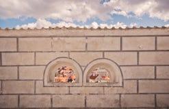 Bögen in einer Wand, die Dächer Cesky Krumlov gestaltet lizenzfreies stockfoto