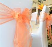 Bögen gebunden an den Stühlen an einer Hochzeit Lizenzfreie Stockfotografie