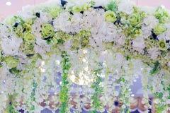 Bögen gemacht von den Vorhängen unter Verwendung der Blumen stockfoto