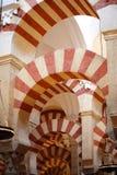 Bögen in Mezquita Cordoba stockbild