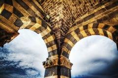Bögen in Saccargia-Kirche Stockfoto