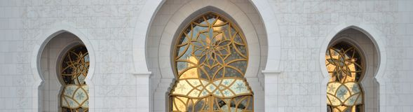 Bögen u. Goldgrafik, Sheikh Zayed Mosque Stockbilder