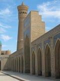 Bögen und ein Minarett. Stockfotografie