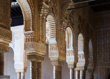 Bögen und Spalten des Gerichtes der Löwen in Alhambra granada Lizenzfreie Stockfotografie