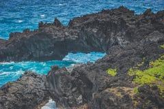 Bögen am Waianapanapa-Schwarz-Sand-Strand lizenzfreies stockfoto