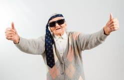 Böhmische Großmutter mit einer Bindung auf ihrer Stirn Stockfotos