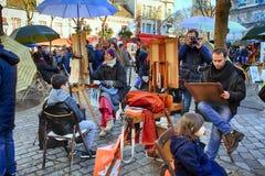Böhmische Maler, die in Paris in Montmartre-Bezirk arbeiten lizenzfreie stockfotos