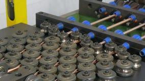Böja av metallkopparrör på den industriella CNC-maskinen I fabrik arkivfilmer