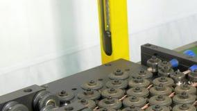 Böja av metallkopparrör på den industriella CNC-maskinen I fabrik stock video