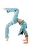 böjande gymnastikkvinna royaltyfri foto
