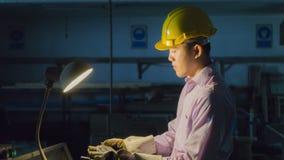 Böjande maskin för arbetarbruk med stålröret Funktionsduglig concep för metall Royaltyfri Foto