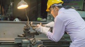 Böjande maskin för arbetarbruk med stålröret Funktionsduglig concep för metall Royaltyfria Bilder