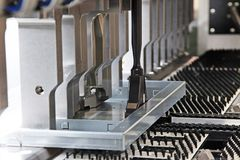 Böjande maskin för stålark Arkivbilder
