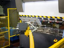 Böjande metallark för operatör av den böjande maskinen för ark Arkivbild