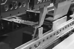 Böjande press som fungerar ett stycke av arkmetall Royaltyfri Foto