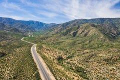 Böjande väg i sydliga Kalifornien kullar Royaltyfri Bild