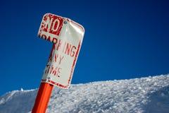 Böjde inget parkeringstecken royaltyfria foton