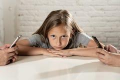 Böjelse för telefon för mobil cell för förälder som smart försummar barnbegreppsforsen Royaltyfri Bild