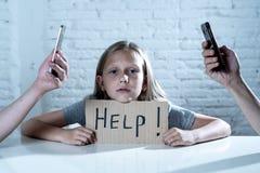 Böjelse för telefon för mobil cell för förälder som smart försummar barnbegreppsforsen Arkivbilder