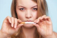 böjelse Flicka som bryter cigaretten framförd anti bild som 3d avslutas rökning Arkivbilder