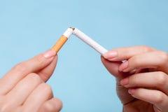 böjelse Händer som bryter cigaretten framförd anti bild som 3d avslutas rökning Royaltyfri Fotografi