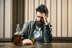_ Böjelsekris Alkoholböjelse och manlig alkoholist för folkbegrepp som dricker konjak på natten depressed arkivfoton