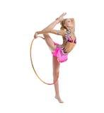 Böjlig gymnastdans med beslaget i studio royaltyfria bilder