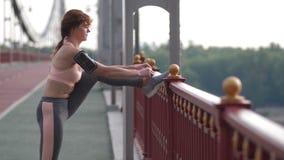 Böjlig hög kvinna som binder skosnöre på gymnastikskor stock video