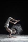 Böjlig yogaman som gör vrischikasana för handjämviktsasana Arkivfoto