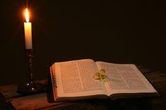 bön för bibelbokstearinljus Arkivfoto