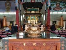 Bön i en buddistisk tempel Royaltyfri Bild