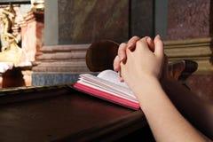 Bön i en kyrka Royaltyfri Foto