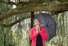 Bön i regnet Fotografering för Bildbyråer